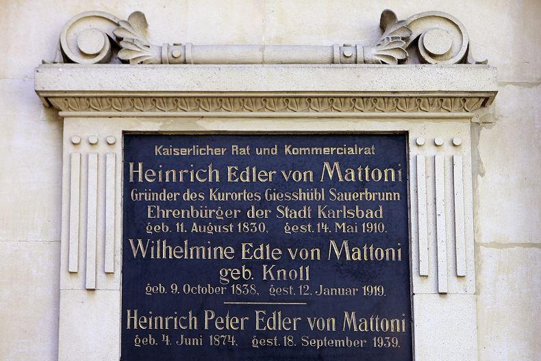 Pravá náhrobní deska se jmény pochovaných v hrobce: Heinricha von Mattoni, jeho ženy a syna