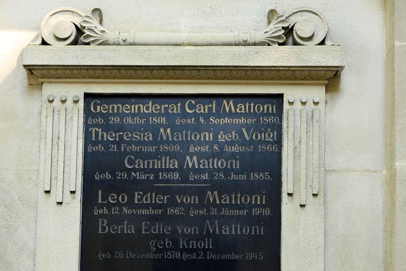 Levá náhrobní deska se jmény pochovaných v hrobce: rodičů Heinricha von Mattoni, jeho  dcery Kamilky a syna se snachou