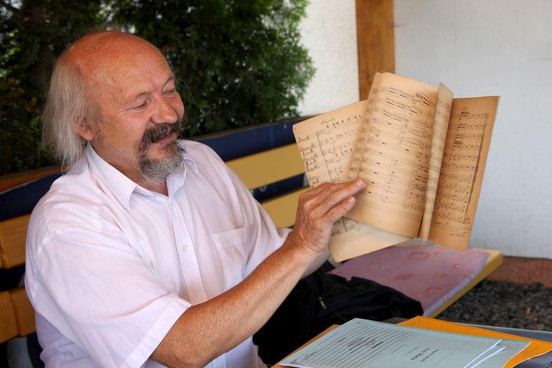 Předseda SPJL Bohumír Hájek ukazuje historickou původní partituru