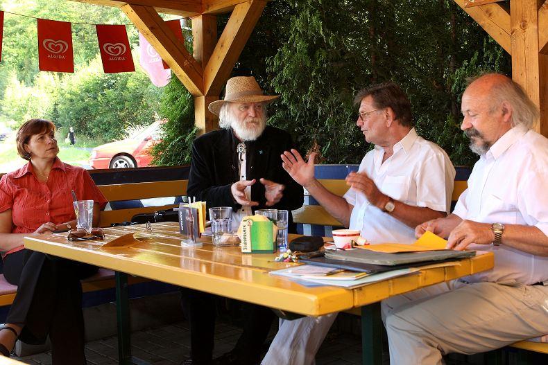 Prezident ASORKD v rozhovoru s konzertmeisterem a houslovým virtuosem Jiřím Preisingerem, vlevo: Petra Lahodová ASORKD, vpravo: Bohumír Hájek předseda SPJL