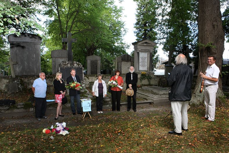 Pietní akt před hrobkou Josefa Labitzkého