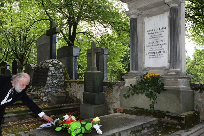 Prezident ASORKD pokládá kytici na hrob J. Labitzkého