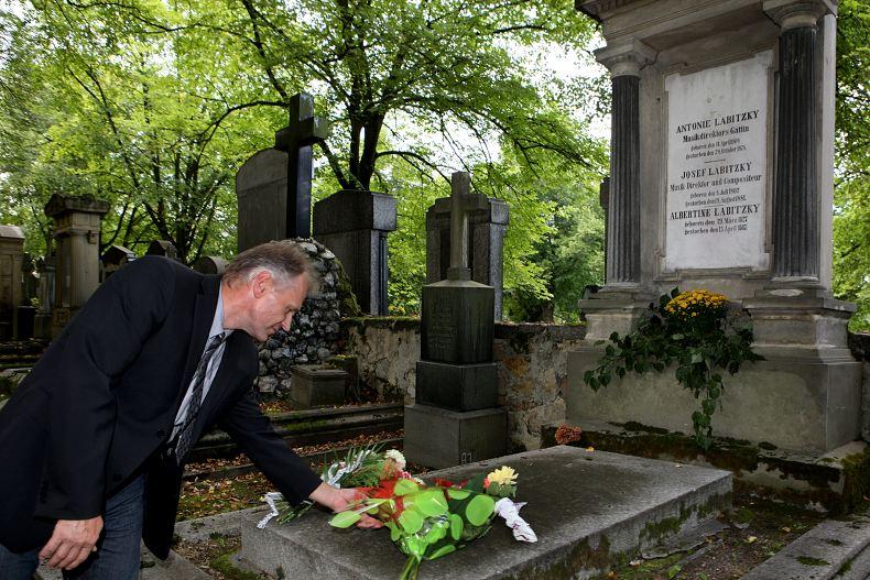 Starosta Krásna Miroslav Kirejev pokládá květiny na hrob J. Labitzkého