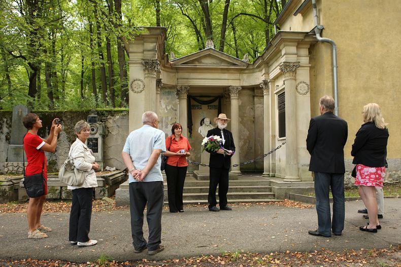 Prezident ASORKD Pavel P. Ries s členkou prezidia Petrou Lahodovou při krátkém projevu před hrobkou Heinricha von Mattoniho