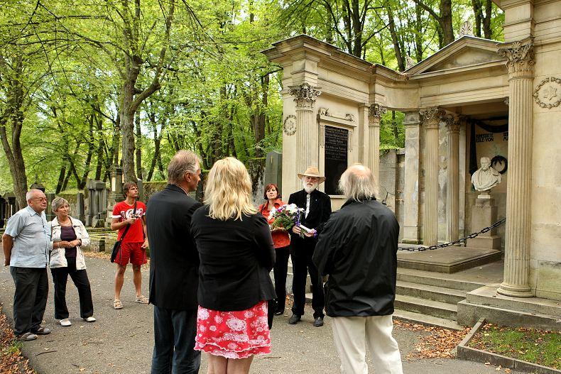 Společnost přátel Josefa Labitzkého a členové ASORKD před hrobkou Heinricha von Mattoni